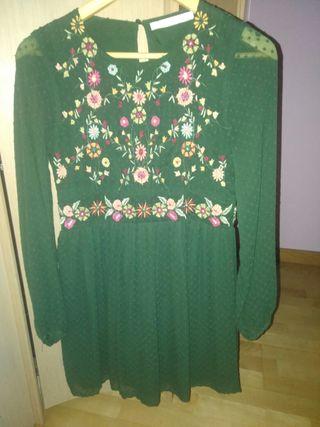 Vestido verde de plumeti con flores.