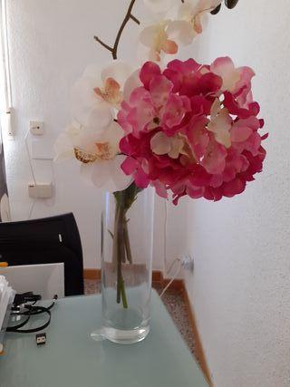 vaso de cristal más 3 flores las dela foto