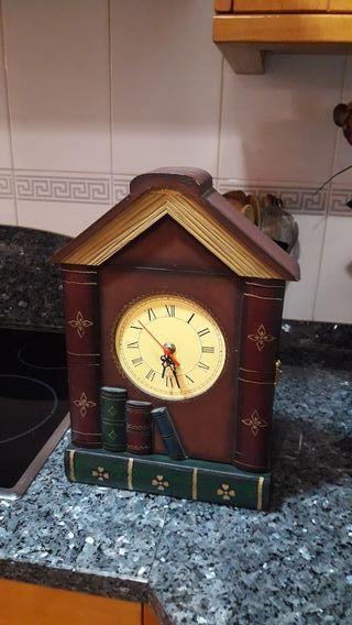 armario pared llaves con reloj