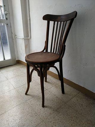 cadira antiga de fusta. silla antigua de madera