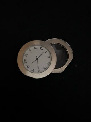 Reloj y lupa juntos
