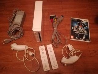Nintendo Wii, con 2 mandos y juego.