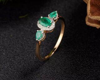 Anillo con esmeraldas naturales y diamantes