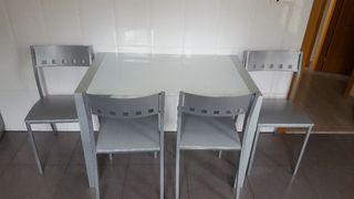 Mesa extensible y sillas de cocina.