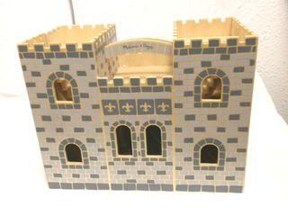 castillo de madera con algunos accesorios