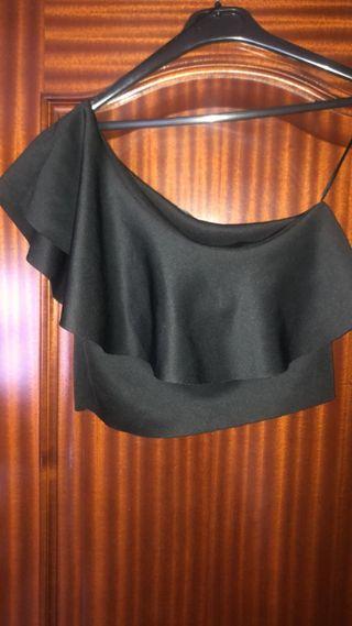 camiseta con un hombro descubierto