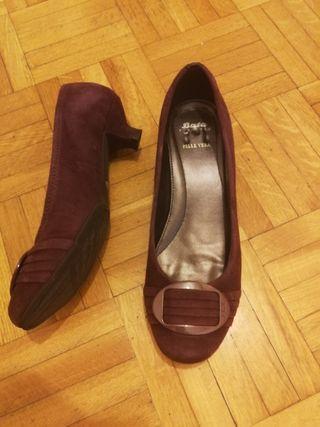 Zapatos de tacón medio de ante color burdeos