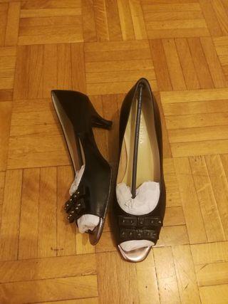 Peep toes negros de tacón medio