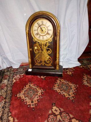 Reloj antiguo pendulo cuerda funcionando