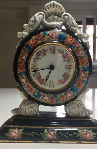 Antiguo reloj de porcelana