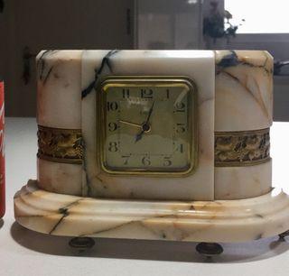 Antiguo reloj modernista con guarnición