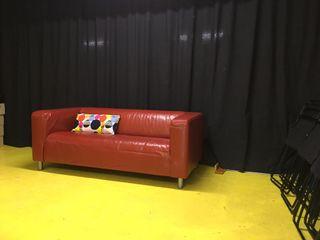 Sofá KLIPPAN IKEA 2 plazas piel rojo