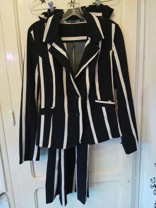 traje chaqueta de mujer con corbata americana