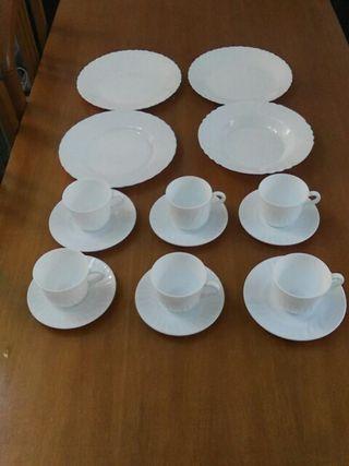 Tazas y platos blancos