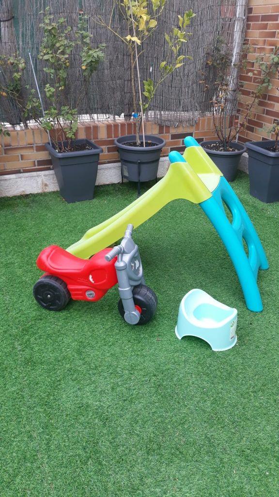 tobogán, moto de juguete y orinal