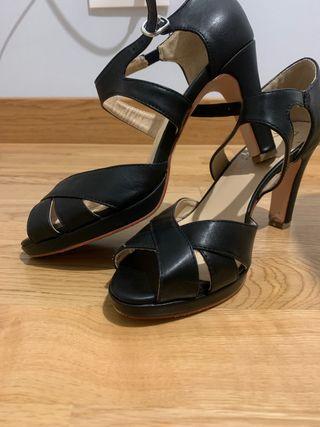 Zapato negro pulsera muy comodo