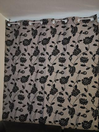cortinas hay 3 son gruesas y buenas