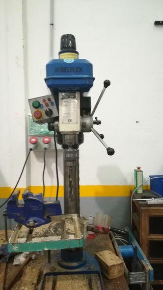 Máquina taladradora y roscadora.