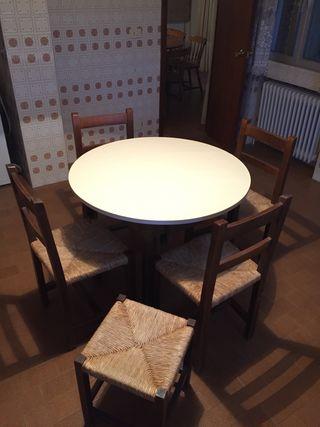 Mesa de cocina o comedor con 4 sillas y banqueta