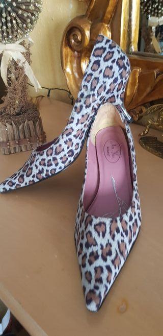 Zapato piel medio tacón, animal Print, con pelo.