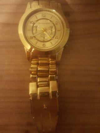 reloj color dorado
