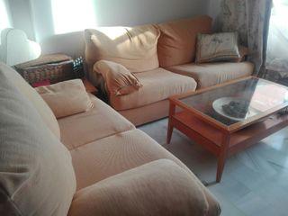 Dos sofás, uno es sofá cama. Juntos o por separado