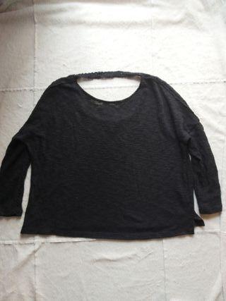 Camiseta negra con escote de espalda.