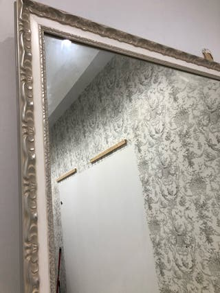 Espejo de madera con molduras