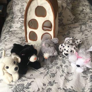 5 perritos de peluche con su casa sin usar