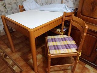 mesa de cocina de madera y sillas