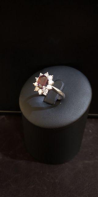 Anillo de oro blanco 18kt con brillantes y rubí