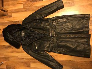 Abrigo cuero negro y cuello visón