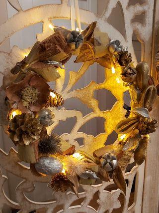 Corona de navidad con luces hecha a mano