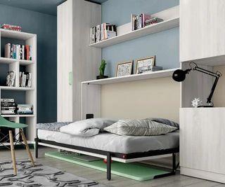 Habitación con cama abatible y escritorio