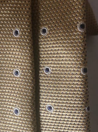 Corbata seda color dorado con lunares azul/negro