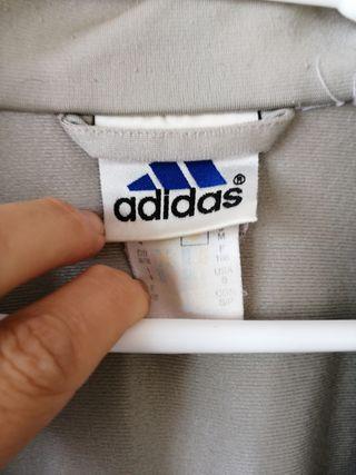 Chaqueta Adidas. TL. La cremallera no cierra