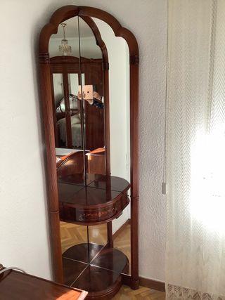 Mueble esquinero con espejos y puerta