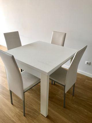 Mesa de comedor extensible con 4 sillas 200€