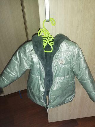 Abrigo reversible plateado y peluche