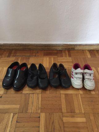 Cuatro pares de zapatos para el colegio