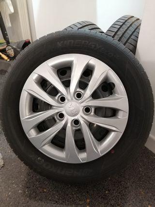 Juego de llantas con neumáticos y tapacubos