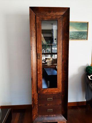 Vitrina de madera con puerta de cristal.
