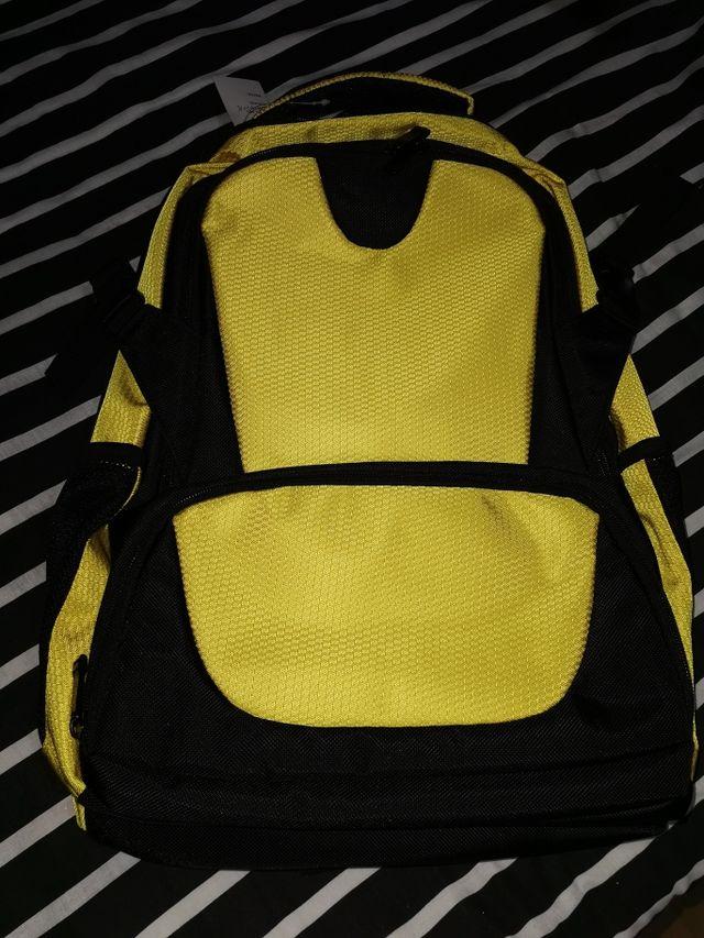 mochila para portatil amarilla y negra
