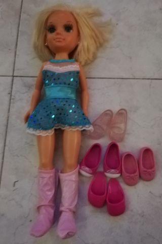 Nancy con varios pares de zapatos, perfecto estado