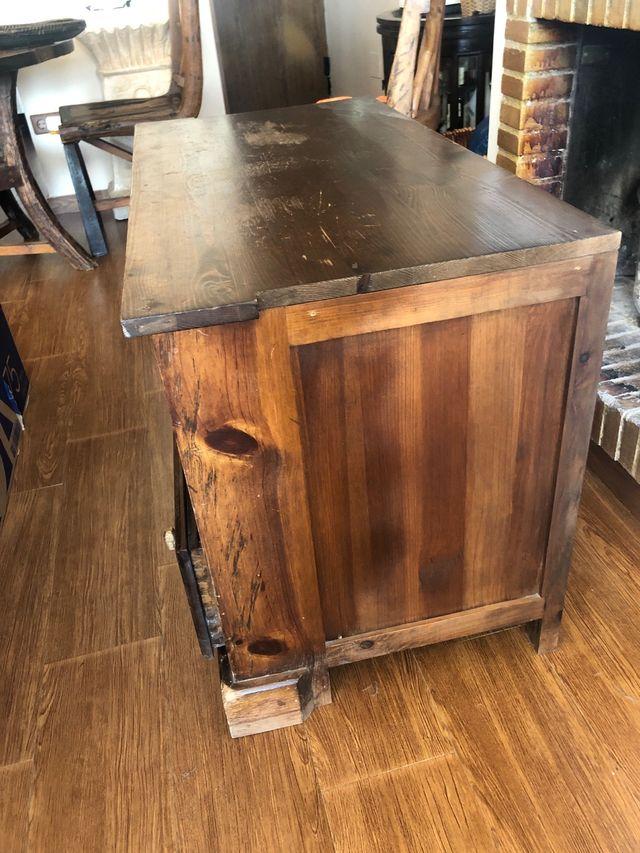 Mueble de salón y televisión de madera