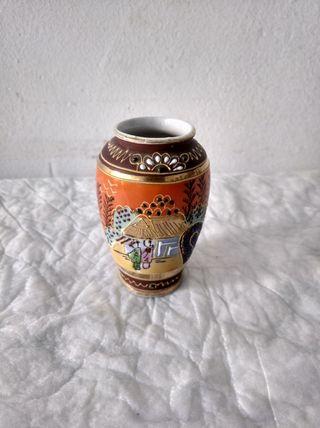 jarron pequeño decorativo chino con relieve pintad