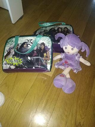 Dos bolsos y muñeca
