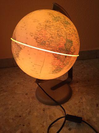 Bola del mundo con luz.