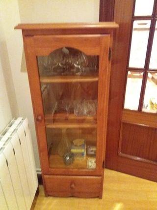 vitrina de madera y puerta cristal con 1 ca