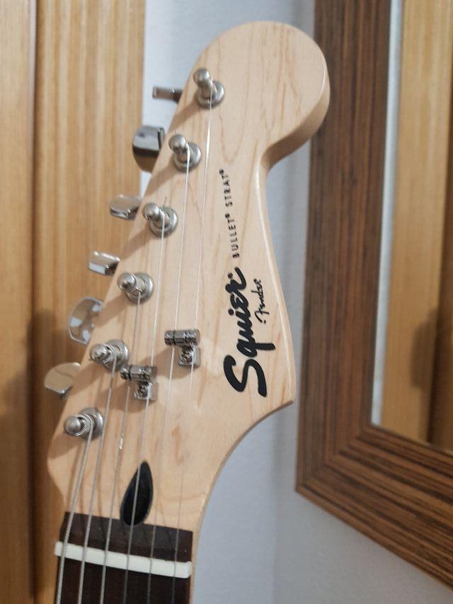kit guitarra squier tipo strato + ampli Fender